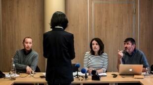 孟宏伟妻子背对国际媒体举行记者会