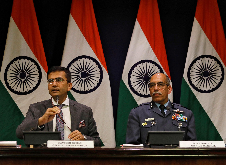 印度外交部發言人Raveesh Kumar (左)在記者會上,2019年2月27日。