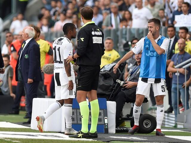 Douglas Costa na Juventus, a lokacin da alkalin wasa ya bashi jan kati, sakamakon tofawa dan wasan kungiyar Sassuolo Di Francesco yawu a fuska.