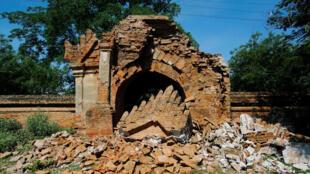 Cổng một ngôi chùa cổ tại Bagan một hôm sau trận động đất. Ảnh chụp ngày 25/08/2016.