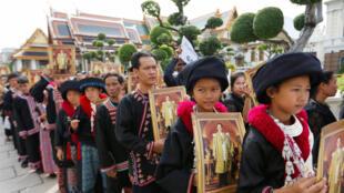 Milhares de pessoas fazem fila diante do Grande Palácio de Bangcoc para homenagear o rei Bhumibol Adulyadej, morto em 13 de outubro