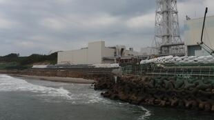 A temporary tide barrier is seen at Tokyo Electric Power Co.(TEPCO)'s Fukushima Daiichi Nuclear Power Station in Fukushima prefecture, 30 June 2011.