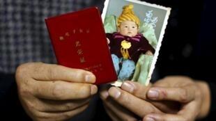 Jiang Weimao et sa femme Zhang Yinxiu et la photo de leur petit garçon, décédé en 2010 des suites d'un diabète.