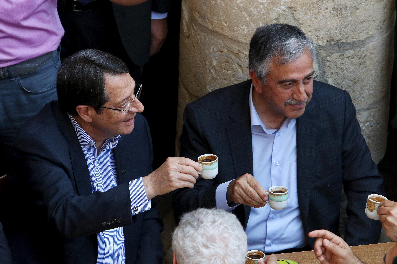 Le président de la République chypriote Nicos Anastasiades (à gauche) et le dirigeant chypriote turc Mustafa Akinci, lors d'une réunion le 23 mai 2015 à Nicosie.