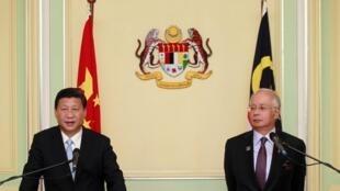 Chủ tịch Trung Quốc Tập Cận Bình (T) và thủ tướng Malaysia Najib Razak họp báo chung tại phủ Thủ tướng Malaysia ở Putrajaya, gần Kuala Lumpur, 04/10/2013.