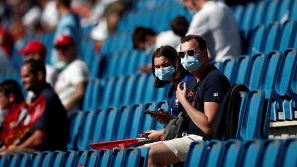 Des supporters masqués et respectant les consignes sanitaires lors du match amical Le Havre-PSG, le 12 juillet 2020.
