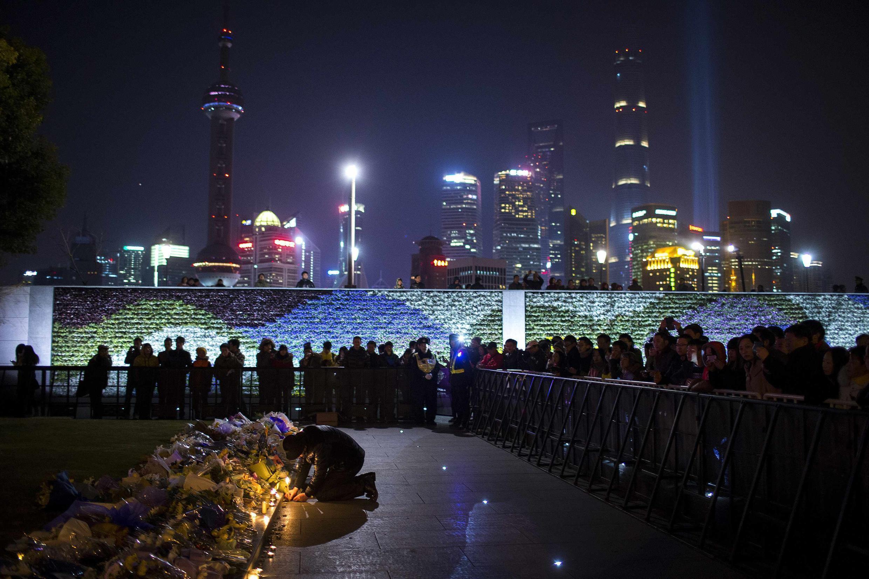 Dân Thượng Hải tụ họp đốt nến tưởng niệm các nạn nhân bỏ mạng trong vụ xô xát - REUTERS /Aly Song