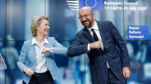 Chủ tịch Hội Đồng Châu Âu Charles Michel (P) và chủ tịch Ủy Ban Châu Âu Ursula Von Der Leyen tươi cười sau cuộc họp báo tại Bruxelles (Bỉ) ngày 21/07/2020.