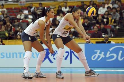 Jaqueline (à esquerda) e Natália em posição de recepção da bola durante o Mundial Feminino de Vôlei no Japão.