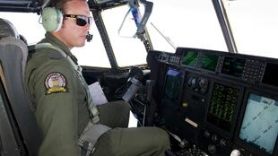 Avião da Força Aérea Australiana participam das operações de busca da aeronave desaparecida.