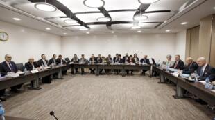 Phái đoàn của chính phủ Syria và phía nhà trung gian hòa giải Liên Hiệp Quốc Staffan de Mistura tại vòng đàm phán mới về tình hình Syria, Geneve, 14/03/2016.