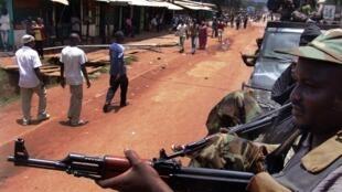 Des combattants de la Seleka en patrouille à Bangui, le 26 mars 2013.