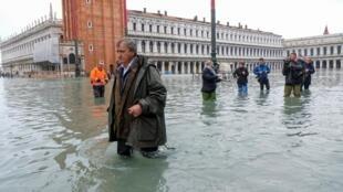 Мэр Венеции Луиджи Бруньяро на площади Сан-Марко