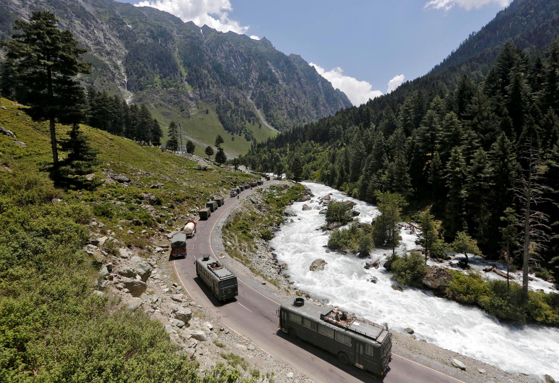 Ảnh minh họa : quân xa Ấn Độ trên con đường đến Ladakh. Ảnh ngày 18/06/2020.
