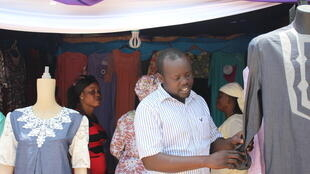 A la foire de Banjul, des commerçants du continent proposent leurs objets d'artisanat...parmi eux, de jeunes entrepreneurs.