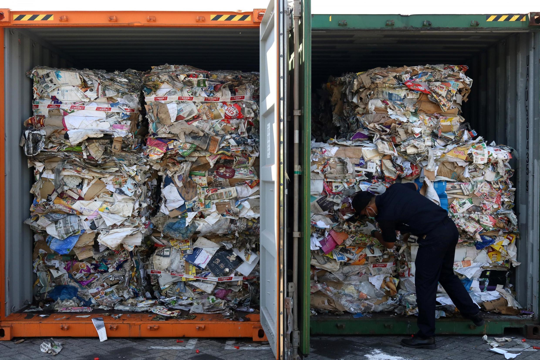 Des officiers indonésiens examinent des conteneurs de déchets en provenance d'Australie, au port de Surayaba, le 9 juillet 2019.