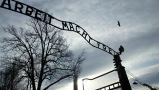 Главные ворота концлагеря Освенцим (архив)