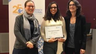Gisela Pires Foz de Barros recebe o prêmio Futuro contra a Corrupção de Patrícia Moreira, diretora-geral da Transparência Internacional, e Henrietta Kötter, do ministério do Desenvolvimento alemão.