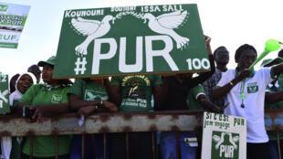 Des militants du Parti de l'unité et du rassemblement (PUR) réunis au stade municipal de Thiaroye, dans la banlieue de Dakar, le 3 février, pour le lancement de la campagne électorale en vue de la présidentielle du 24 février 2019.