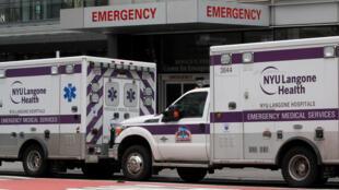 Xe cứu thương bên ngoài bệnh viện Langon Hospital New York, Hoa Kỳ. Ảnh chụp ngày 31/03/2020.