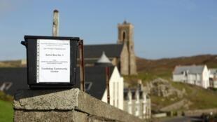 Une urne de vote sur l'île écossaise de Barra.