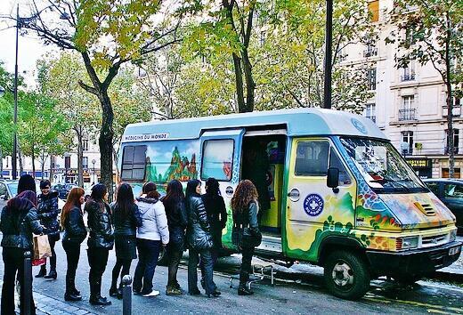 Prostituées chinoises devant le « Lotus bus » à Belleville, Paris.