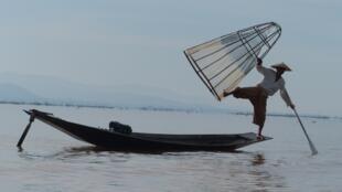 Un pêcheur sur le lac Inla, en Birmanie.
