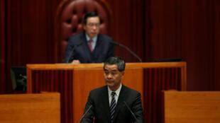 Trưởng đại diện Hồng Kông Lương Chấn Anh trình bày về chính sách tại Nghị Viện ngày 18/01/2017.