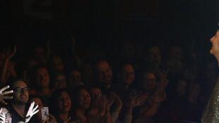Etienne Daho sur scène et son public.