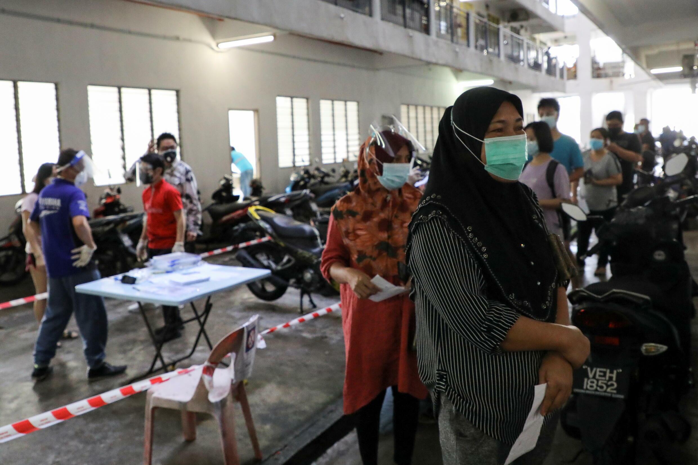 Người dân xếp hàng chờ xét nghiệm Covid-19 tại Seri Kembangan, Malaysia, ngày 12/07/2021.