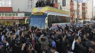 Les députés du parti pro-kurde DTP sont accueillis par une foule de sympathisants à Diyarbakir, le 14 décembre 2009.
