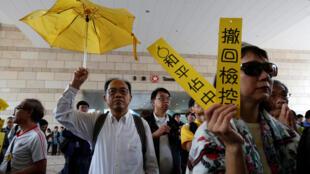 Au tribunal, il y a la présence des soutiens aux neuf activistes pro-démocratie dont le procès a commencé ce lundi 19 novembre à Hong Kong.