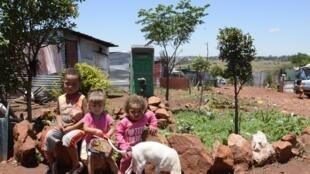 Le township de Munsieville, à une trentaine de kilomètres de Johannesburg, compte 15 000 habitants, dont 300 Afrikaners arrivés il y a trois ans.