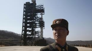 Soldado norte-coreano diante do ponto de lançamento do foguete, durante uma visita guiada da imprensa, no norte de Pyongyang, em abril.