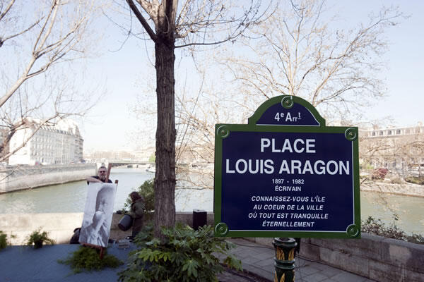 """大家可以在巴黎市中心的圣路易岛的最西端找到竖立着""""路易 阿拉贡""""路牌的小三角广场,路牌上刻着阿拉贡的几句诗句。"""