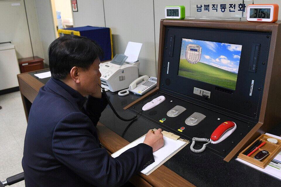 Một quan chức Hàn Quốc kiểm tra đường dây điện thoại trực tiếp với Bắc Triều Tiên tại Bàn Môn Điếm (Hàn Quốc), ngày 03/01/2018.