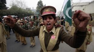 Manifestation d'étudiants pakistanais pour condamner le massacre de Peshawar, à Lahore, le 19 décembre 2014.