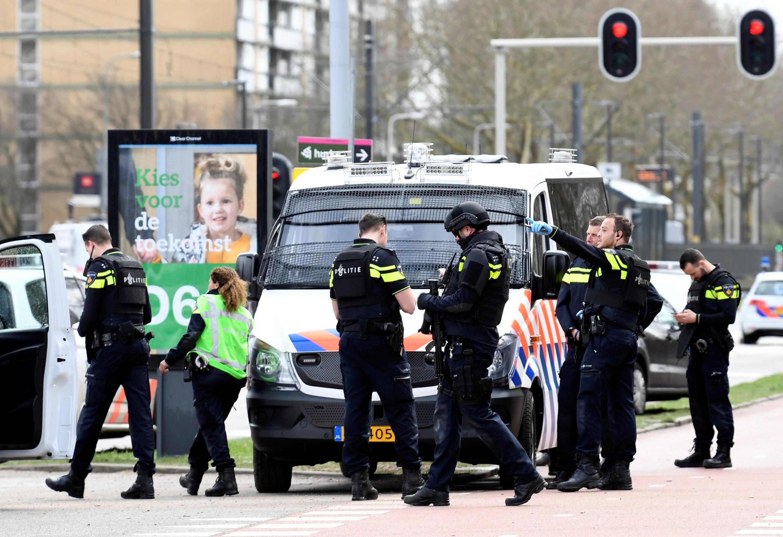 پلیس هلند در پی یافتن فرد تیرانداز است که بنا بر اطلاعات اولیه، فرد حملهکننده، یک مرد ۳۷ ساله متولد کشور ترکیه است.
