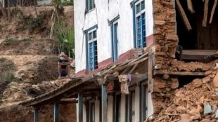 Maison détruite par le séisme du 25 avril dans un village du district de Sindhupalchowk : les habitants des zones rurales se plaignent de la lenteur de l'arrivée des secours