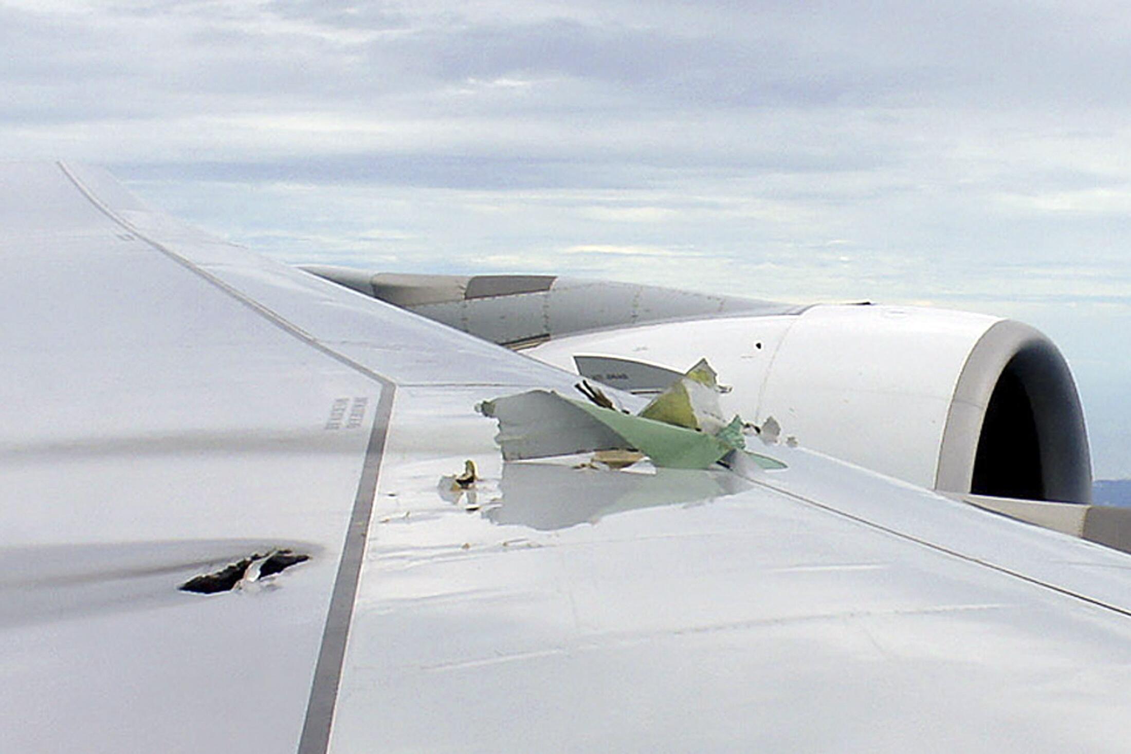 Um aparelho A380 da companhia australiana Qantas realizou um pouso de emergência em Cingapura, depois de apresentar problemas no motor.