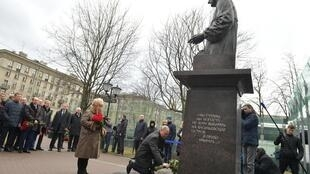 Владимир Путин возложил цветы к памятнику первого мэра Санкт-Петербурга Анатолия Собчака, 19 февраля 2020 года.