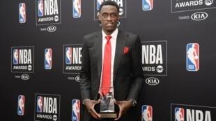 Le Camerounais Pascal Siakam posant avec son trophée de joueur ayant le plus progressé en NBA.