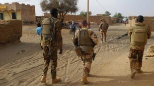 Askari wa Ufaransa na Mali wakipiga doria pamoja katika mitaa ya Menaka, jimboni Liptako, Mali, Machi 21, 2019.