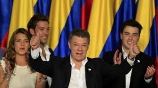 Le président Juan Manuel Santos entouré de ses enfants le soir de sa victoire. Bogota, le 15 juin 2014.