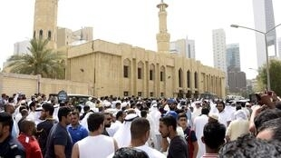 """ازدحام جمعیت در مقابل مسجد """"امام جعفر صادق"""" پس از حمله تروریستی. کویت ۵ تیر/ ٢۶ ژوئن ٢٠١۵"""