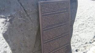 Pedra inaugurada marca fim da lei em Holmavi , na Islândia.