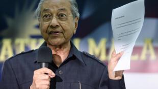 Cựu thủ tướng Malaysia Mahathir Mohamad công bố bản thông cáo chung trong một cuộc họp báo tại Kuala Lumpur, ngày 04/03/2016.