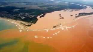 Rio Doce, contaminado pela lama tóxica, a desaguar no Oceano Atlântico. 24 de Novembro de 2015.