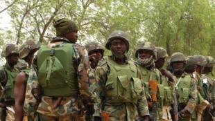 Des soldats nigérians dans le village de Baga, à la sortie de Maiduguri, dans la province de Borno, le 13 mai 2013.
