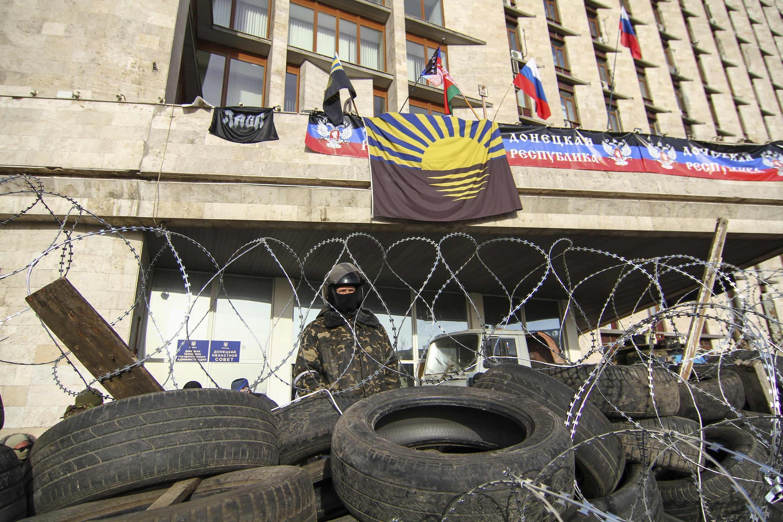 Пророссийские манифестанты на баррикаде перед зданием городской администрации Донецка 07/04/2014